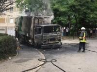 O masina care colecta deseuri a fost cuprinsa de flacari, intr-un cartier din Timisoara. Pompierii supravegheaza incarcatura