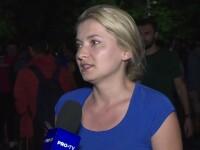 """Cu un nod în gât, Iulia a protestat în Piața Victoriei: """"Am făcut 2 facultăţi ca să fiu nevoită să plec din ţară"""""""