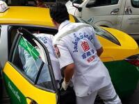 A vrut să se machieze într-un taxi, dar creionul i-a intrat pe jumătate în ochi. FOTO