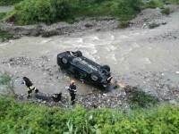 O maşină cu 3 adulţi şi un copil a căzut în râu de pe pod, la Timişul de Sus