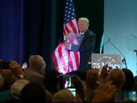 Donald Trump a îmbrăţişat steagul aflat pe o scenă. Glumele apărute pe internet