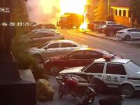 Momentul în care un TIR explodează în mers. Cum au reușit să se salveze pasagerii