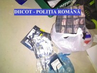 Români reținuți pentru fraudă cu carduri. Au retras bani din conturile mai multor persoane