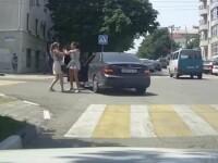 O șoferiță ia la bătaie o femeie în trafic. Un bărbat a filmat scena, dar nu a intervenit. VIDEO