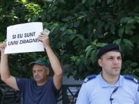 Câțiva pensionari au cerut eliberarea lui Liviu Dragnea. Au scris pe pancarte că îl iubesc