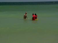 Turişti salvaţi în ultima clipă din Marea Neagră. Unul dintre ei l-a lovit pe salvamar