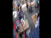 Bărbat surprins în timp ce fura banii lăsați pe masă de clienții anteriori, în Mamaia