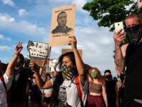 Polițiștii care au asistat la moartea lui George Floyd, arestați. Trump nu mai trimite armata pe străzi