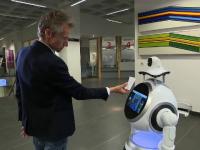 Un robot, noul angajat al unui spital. Controlează temperatura vizitatorilor și verifică dacă poartă mască