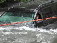 VIDEO. Greșeala făcută de o șoferită, cu 4 copii în mașină. Au plonjat direct în râu