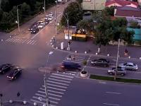 Carambol cu 6 mașini filmat într-o intersecție din București. O mașină a trecut razant pe lângă 2 pietoni