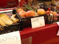 Doi comercianți dintr-o piață din Cluj-Napoca oferă gratuit fructe și legume. Oricine le poate lua