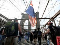 America fierbe. Polițist atacat cu un cuțit, proteste masive și ceremonii de comemorare a lui George Floyd