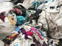 Un nou fenomen dăunător amenință România. Ce se întâmplă cu hainele aruncate la gunoi