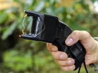 Polițiștii români vor fi dotați cu bastoane cu electroșocuri și telescopice