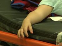 O fetiță de 3 ani a murit de foame, după ce mama ei a lăsat-o singură 8 zile, pentru a-și vizita iubitul