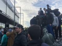 Mii de francezi, dispersați cu gaze lacrimogene, după ce s-au îmbulzit pentru o super-ofertă la un magazin