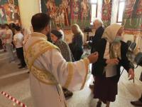 """Preoții fac pe jandarmii cu credincioșii care nu respectă distanța socială în biserici. """"Nu ne temem de îmbolnăviri"""""""