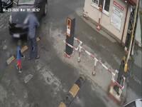 Momentul în care un bunic și doi copii sunt călcați de un șofer grăbit să prindă bariera