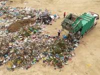 Dezastru ecologic pe malul râului Argeș. Primăria comunei Comana aruncă săptămânal tone de gunoi
