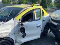 O mașină plină de lactate s-a izbit de un taxi. Ce s-a întâmplat