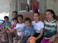 Șase copii și mama lor, alungați de rude, au primit o casă nouă cu ajutorul donațiilor