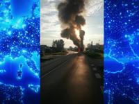 Un camion plin cu conserve a luat foc în Argeș, în apropierea unui depozit de combustibil