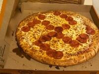 """O familie din SUA a primit o pizza cu o svastică din felii de salam. """"Am rămas fără cuvinte"""""""