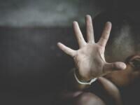 Băiat de 16 ani, agresat de doi adolescenţi de 15 şi 16 ani, în apropierea unui liceu. Poliţiştii fac cercetări în acest caz