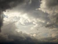 Ploi, descărcări electrice şi intensificări ale vântului, până sâmbătă dimineaţă. Zonele vizate