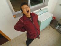 O chinezoaica nu se poate abtine si urla ca un lup la luna noua!