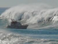 Furtuna pe mare! Valurile de cativa metri se sparg cu furie de diguri!
