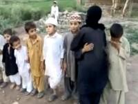 Copiii din Pakistan se joaca de-a atentatul sinucigas cu bomba! Video