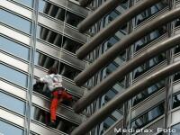Spiderman a escaladat cea mai inalta cladire din lume. GALERIE FOTO