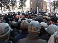 Aproximativ 150 de mineri protesteaza in Petrosani. Cladirea CNH e goala, angajatii au primit liber