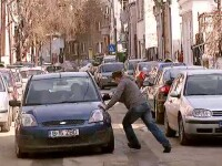 VIDEO. Pumni, spray paralizant si lovituri in masina. Doar o zi obisnuita in traficul din Capitala