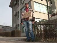 Tatal unui bebelus mort la nastere s-a legat cu lanturi de gardul clinicii unde lucreaza medicul