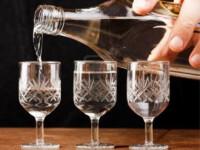 Rusii dau vina pe vodka pentru criminalitatea crescuta din tara. Cati litri de alcool pur bea un moscovit, intr-un an