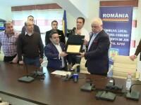 Manelistul Adrian Minune a primit titlul de cetatean de onoare al Stefanesti. Primarul il considera un \