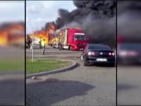 IMAGINI AMATOR. Un TIR din Vama Bors a luat foc la cativa metri de doua benzinarii. Gestul disperat al soferului