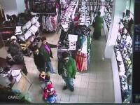 Sase tineri din Sibiu, surprinsi de camere in timp ce fura haine dintr-un magazin. Greseala care i-a dat de gol. VIDEO