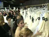 Nebunie ca de Black Friday la targul de nunti din Capitala. Sute de tinere s-au asezat la coada de la 8 dimineata