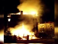 Un bloc intreg a fost inghitit de flacari intr-un oras din Suceava. Apartamentele de la ultimul etaj nu mai au acoperis