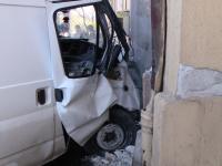 FOTO. Soferul unui microbuz a intrat cu autovehiculul intr-o casa dupa ce a incercat sa evite un accident
