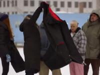 A incercat sa ofere haine de iarna oamenilor strazii, iar ei au tipat la ea. Ce a facut apoi o tanara e impresionant