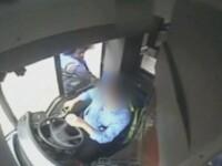 Momentul in care un sofer de autobuz este injunghiat in ochi de catre un pieton. Ce l-a scos din sarite pe agresor