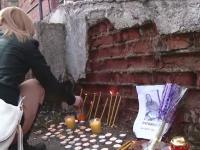 Zeci de oameni s-au adunat in fata spitalului din Brasov de unde a plecat femeia gasita apoi moarta pe camp. Mesajul familiei