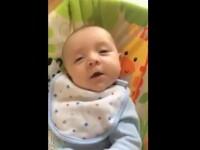 Moment incredibil. Un bebelus a rostit primul sau cuvant la doar 7 saptamani, in timp ce era filmat de mama sa. VIDEO