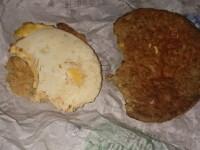 Descoperire ingrozitoare in mancarea de la McDonald's. O tanara a gasit par proaspat barbierit intr-un McMuffin