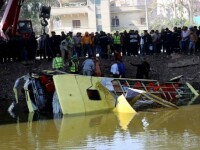 Cel putin 35 de persoane au murit dupa ce un autocar a cazut intr-un canal navigabil, in apropiere de Cairo. FOTO